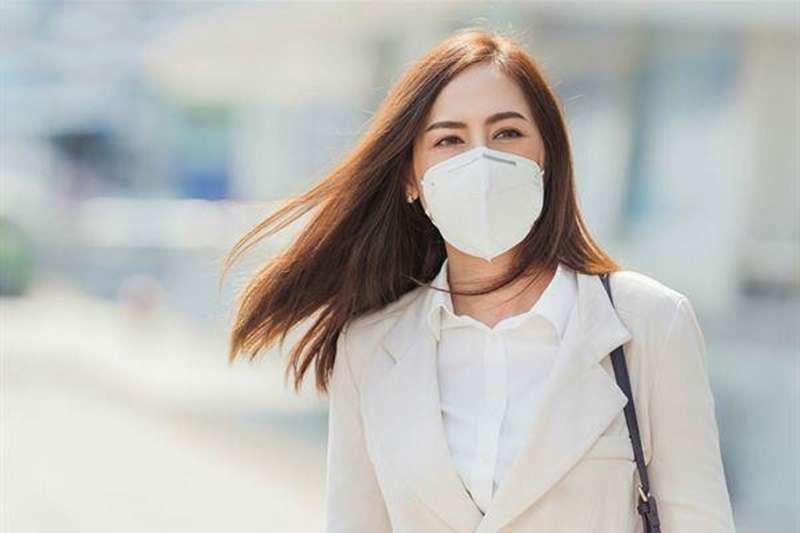 口罩長期戴下來,依照個人體質不同,可能會造成臉部出油與角質代謝異常。(圖/華人健康網提供)