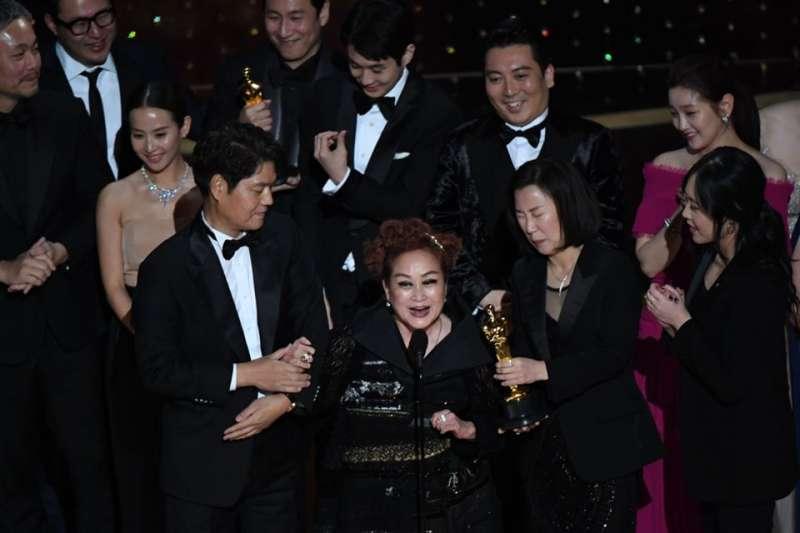 第92屆奧斯卡頒獎典禮上,韓國知名監製李美京代表《寄生上流》發表得獎感言,卻被外媒誤認為片中飾演管家的李姃垠。(圖/無影無蹤)