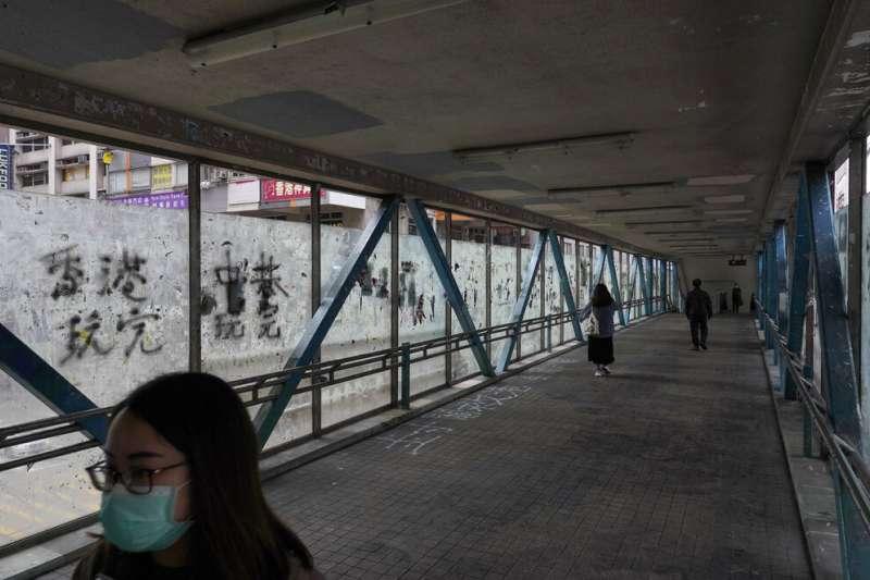 武漢肺炎疫情持續延燒,香港街頭往來行人稀稀落落。(美聯社)