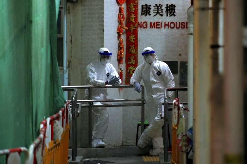 香港青衣新界區的一棟民宅出現兩人確診武漢肺炎,香港政府趕緊派員將該棟居民全部疏散至他處。(美聯社)