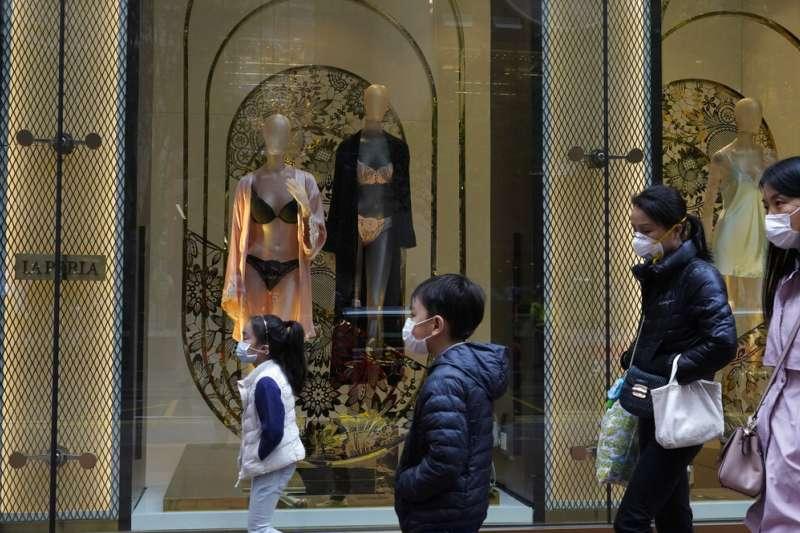 武漢肺炎疫情肆虐,香港民眾上街已經口罩不離身。(美聯社)