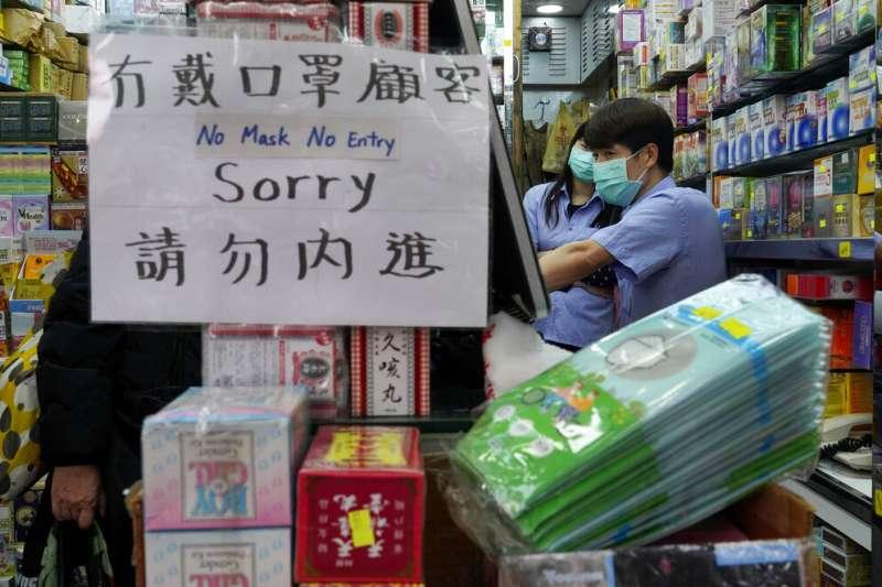 搶購口罩已成香港乃至東亞民眾的日常,台灣亦然。(美聯社)