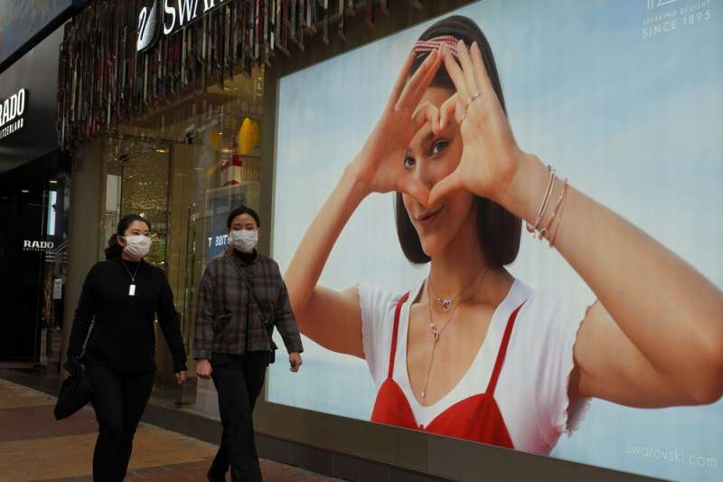 武漢肺炎疫情肆虐,香港居民上街大多戴著口罩。(美聯社)