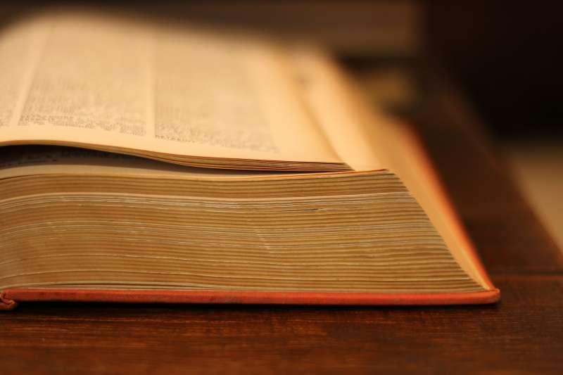 我們會閱讀字典列出的定義,但很少思考字典如何收錄它們。字典定義的字字句句都是某一位坐在辦公室裡的人寫出來的。(取自pixabay)