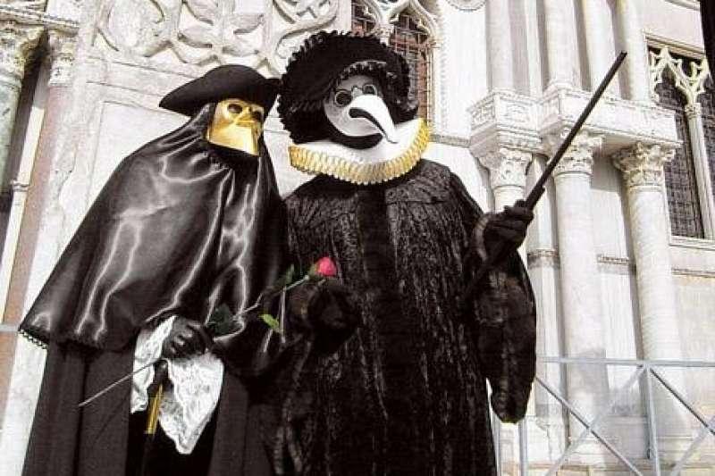 嘉年華會上出現的鳥嘴面具也源自瘟疫醫生的面罩。圖/截自網路