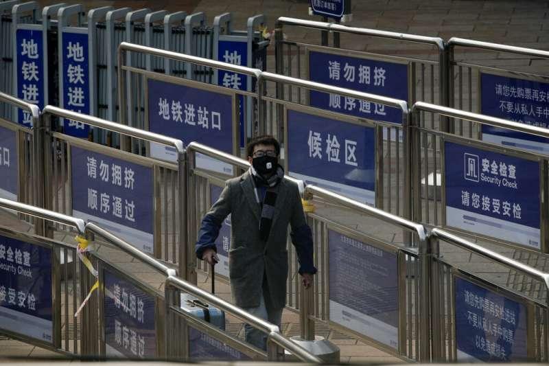 武漢肺炎疫情肆虐,北京地鐵的乘客也比往日少了許多。(美聯社)