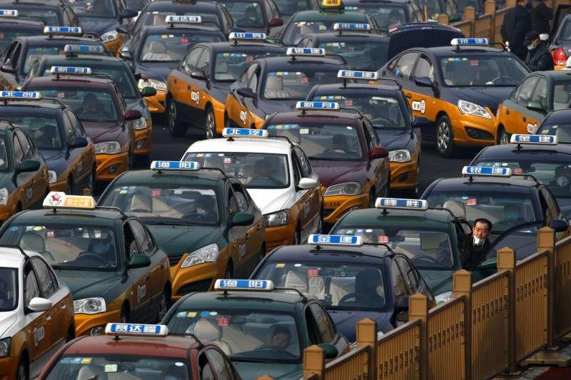 北京火車站外正在等候排隊的計程車。(美聯社)