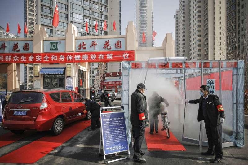 武漢肺炎疫情肆虐,採取「封閉式管理」的天津在小區出入口設置消毒點。(美聯社)