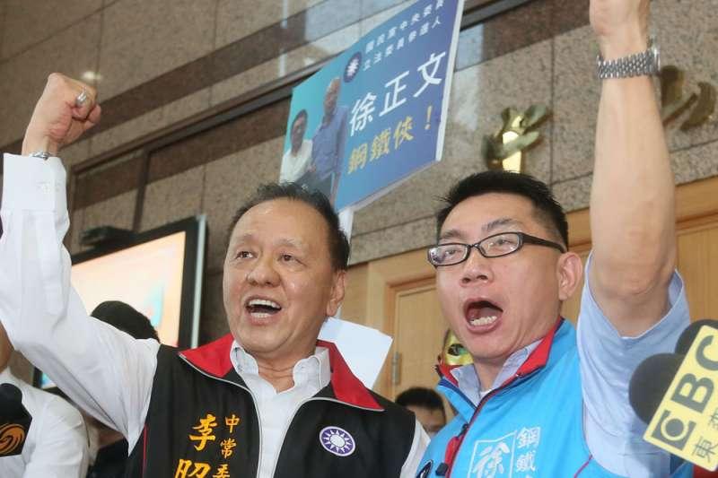 居中協調武漢包機事件的台商徐正文(右)因為引發爭議,遭到國民黨祭出黨紀、暫停黨權處分。(資料照,新新聞)