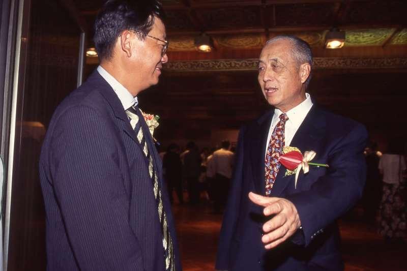 蕭政之(右)在獄中結識阿扁,也讓政治影響力擴及綠營。(新新聞資料照)
