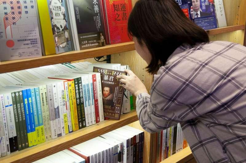 妙蓉:「進到書店才知道,原來之前經手的這些書,封面長這樣啊!」(圖/方格子 Vocus提供)