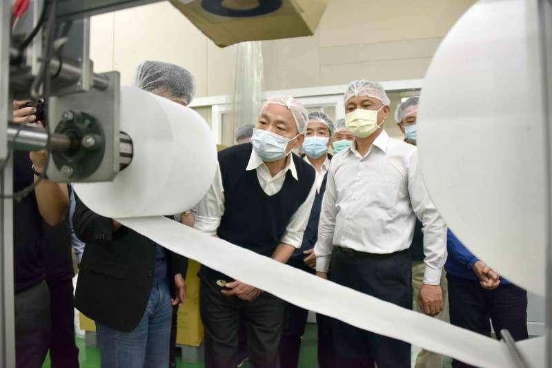高雄市長韓國瑜12日慰問口罩生產工廠,感謝投入口罩加工生產的全體人員。(高雄市政府提供)
