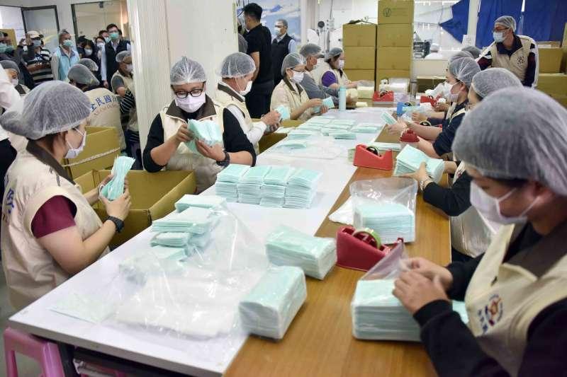 武漢肺炎疫情升溫,因應防疫需求擴大,行政院27日宣布將再增設30條口罩生產線。(資料照,高雄市政府提供)