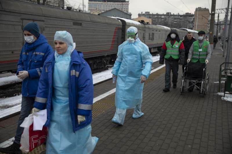1月31日,俄羅斯莫斯科火車站,醫護人員準備為來自中國北京的乘客量體溫(美聯社)