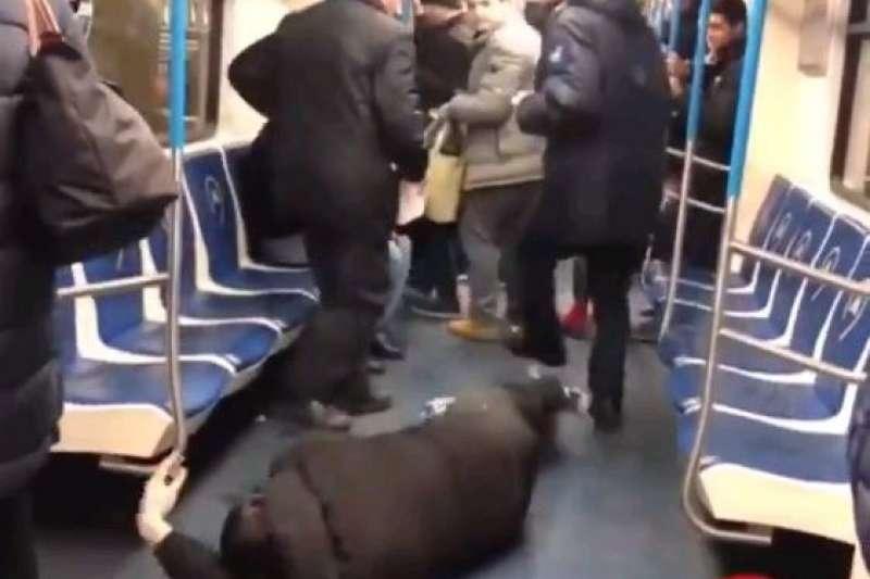 2月2日,塔吉克男子扎博洛夫在俄羅斯莫斯科的地鐵車廂上故意倒地,謊稱罹患武漢肺炎,導致其他乘客驚慌逃離(翻攝自推特影片)