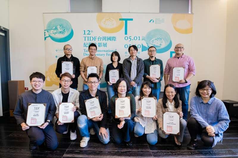 台灣國際紀錄片影展12日公布入圍名單,台灣競賽入圍導演合影。(台灣國際紀錄片影展提供)