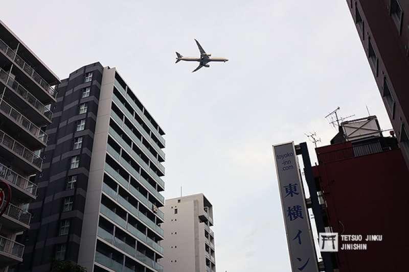 2月2日開始連續數天,東京都內的天空,出現了許多大型客機低空飛越的景象,讓不少東京人感到新奇。(圖/想想論壇)