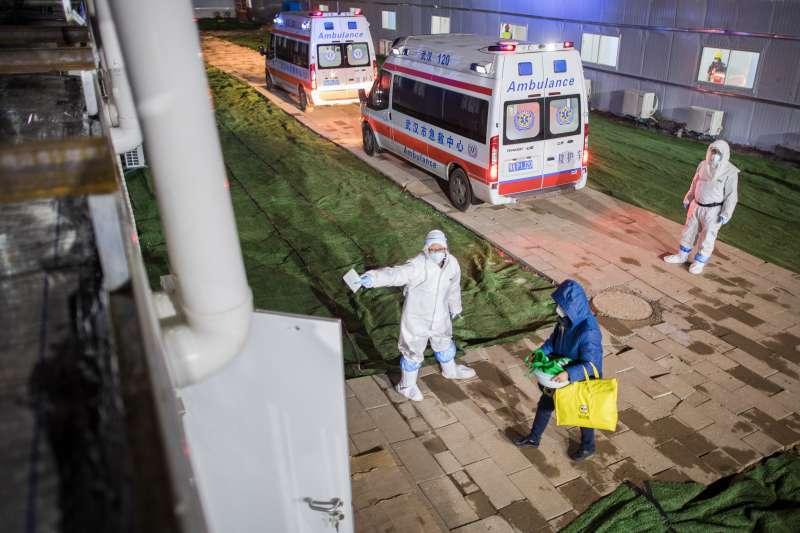 武漢肺炎疫情,2020年2月8日,在武漢雷神山醫院,患者步入病房。(新華社)
