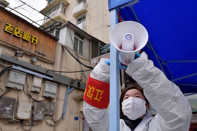 武漢肺炎疫情,2020年2月10日,下沉到德望社區的武漢市園林局職工楊麗青在調試播放防疫事項的擴音喇叭。(新華社)
