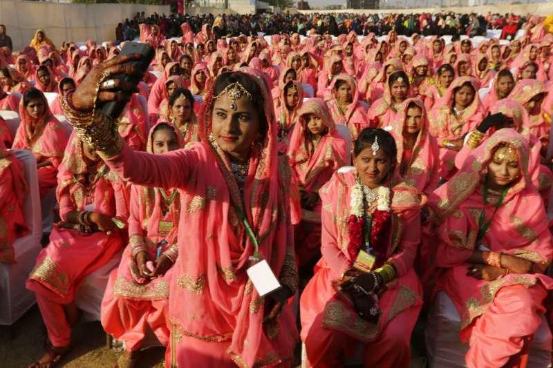 印度「加爾吉學院」音樂祭變調,「近千」男性破門而入,大規模性騷、性侵女學生。圖為一場印度集體婚禮。(AP)