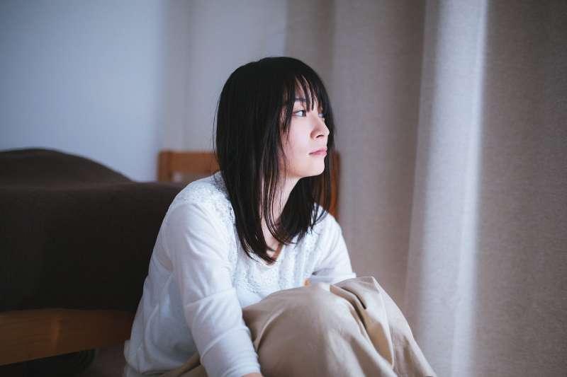 心理師指出,大部分地區的春季是自殺高峰期;伴有情緒障礙的自殺,則會在4-5月達到高峰。(圖/pakutaso)
