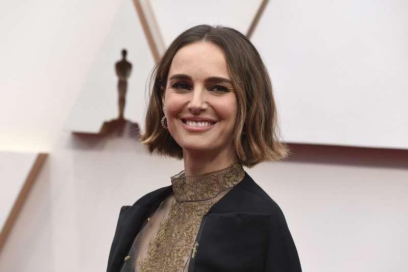 第92屆奧斯卡紅毯,女星娜塔莉波曼身著的禮服,繡有本年度表現優異卻沒能入圍的女導演姓名。(AP)