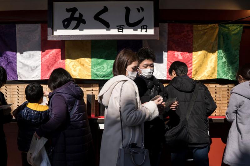 日本在捐贈物資箱子上印了一句詩:「山川異域,風月同天。」有網友為其中傳達的愛心和情意感動,也有網友開始審視為何中國的詩句卻被日本人所弘揚。(圖/BBC News)