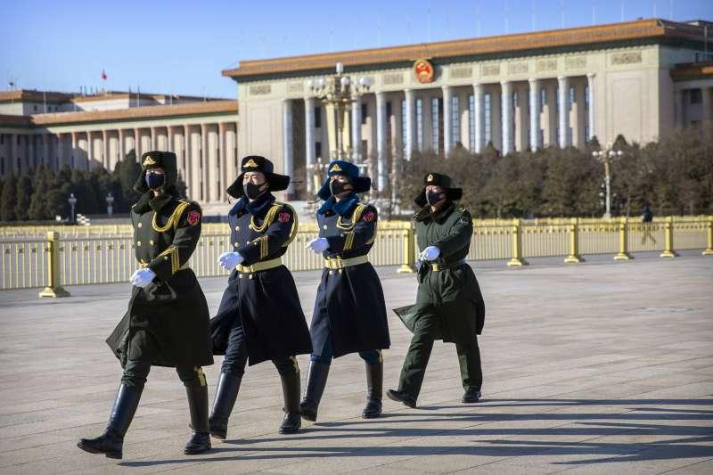 武漢肺炎。2月4日,中國軍隊在天安門廣場上戴著口罩行走。(AP)