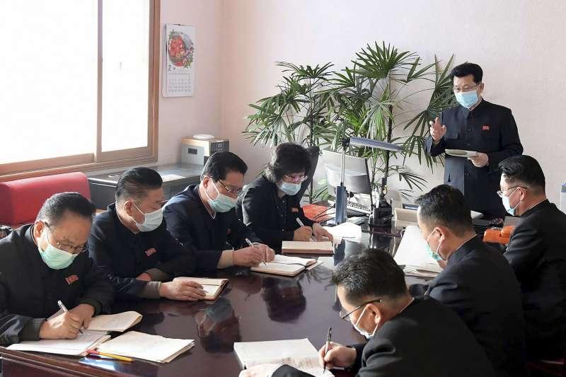 北韓防疫如臨大敵,圖為北韓總理金才龍召開會議,討論應對武漢肺炎政策。(AP)