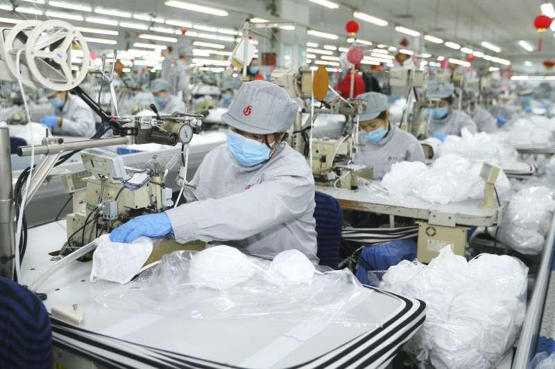 紡織業先是遭受停工挑戰,想不到順利復工,下游訂單完全消失,形成更大的難題。(AP)