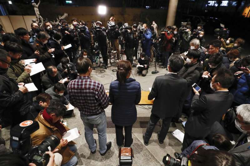 為防疫居家隔離者不能率爾「有病認定」,圖為日本197名從中國武漢返國的旅客結束2周隔離期,全數未感染武漢肺炎,部分旅客在記者會回應問題。(AP)
