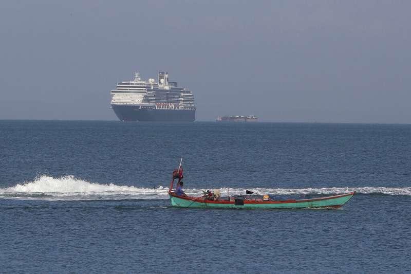 經過長達13天的漂流,荷美集團「威士特丹號」郵輪13日上午抵達柬埔寨南端的施亞努市港口。(AP)
