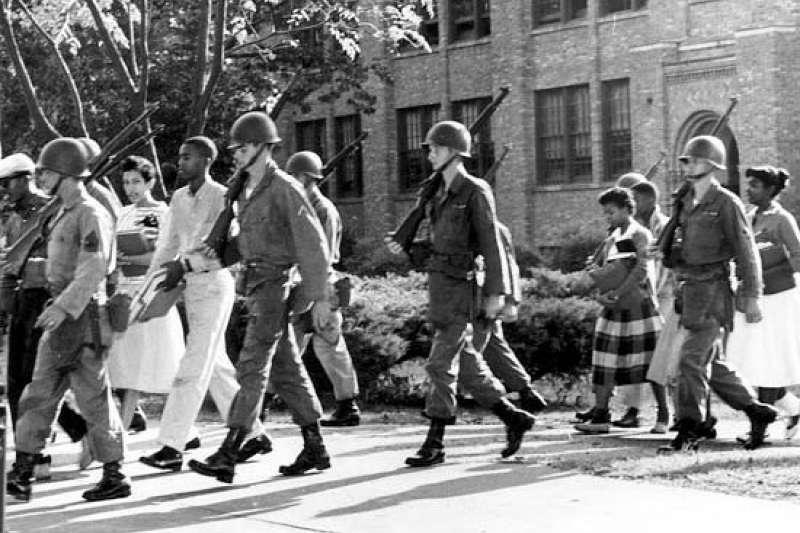 1957年美國全國有色人種協進會(NAACP)於專收白人學生的小岩城中央中學為九名非裔美國學生黑人註冊登記,為此阿肯色州種族主義者發動大規模抗爭,當時也同樣帶有種族主義色彩的州長Orval Faubus部署國民兵在小岩城中央中學校門口。(作者林宜正提供)