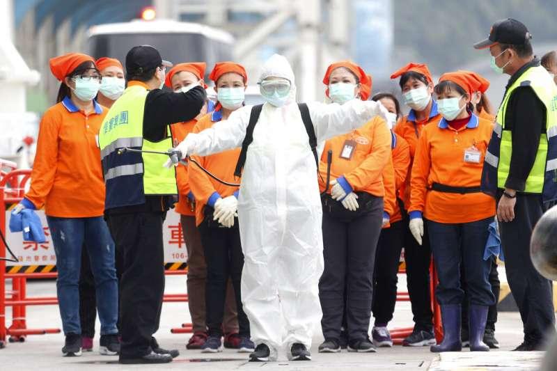 醫療資源到底夠不夠,是個可以討論的問題。穿著防護服的台灣檢疫人員準備登上「寶瓶星號」郵輪。(美聯社)