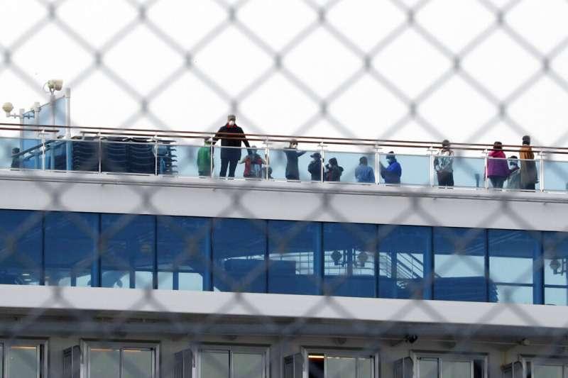 被隔離在船上的鑽石公主號乘客。(美聯社)