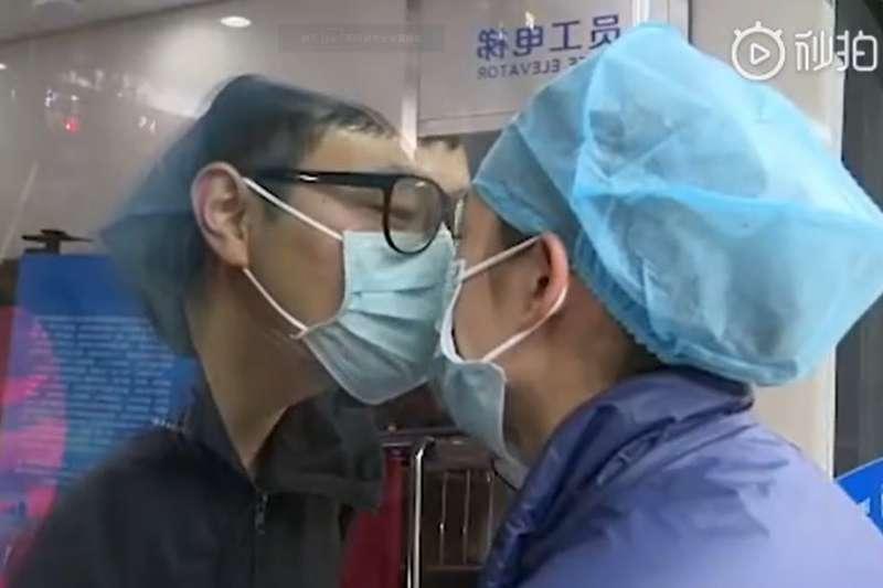 中國醫護人員抗疫以來的愛情故事在西洋情人節2月14日這天廣為流傳。(取自微博)