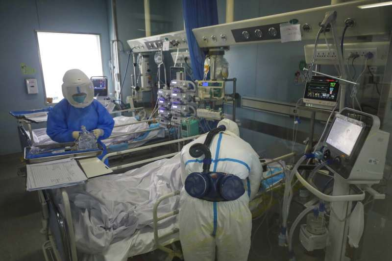武漢肺炎肆虐,武漢的金鷹潭醫院正在努力搶救重症病患。(美聯社)
