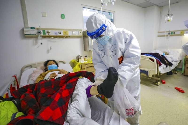 武漢肺炎肆虐,武漢的金鷹潭醫院正在努力救治病患。(美聯社)