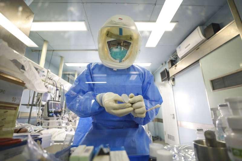 為了防疫,蔡政府阻絕陸配及其子女於境外。圖為武漢的金鷹潭醫院正在努力救治病患。(美聯社)