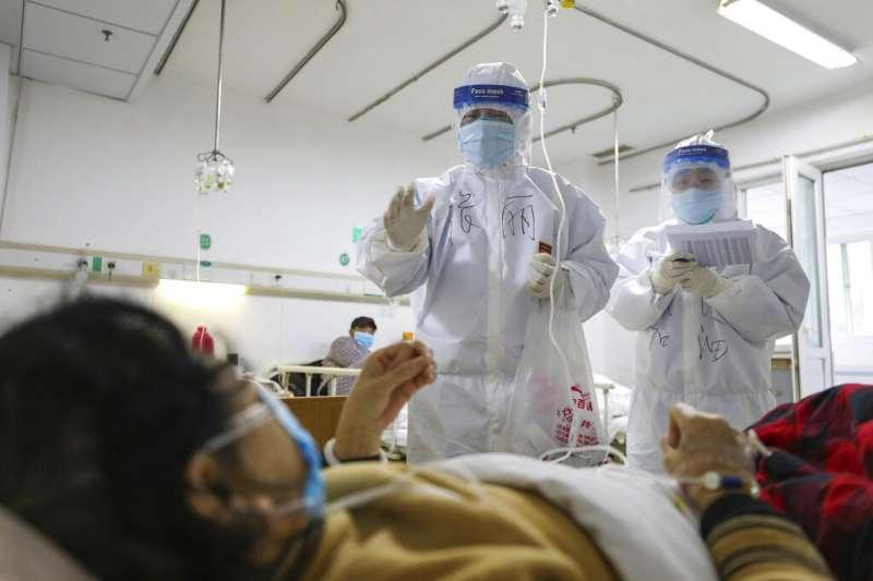 位於武漢的金鷹潭醫院醫護人員,正在努力救治武漢肺炎病患。(美聯社)