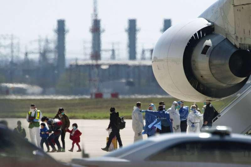 美國撤僑專機7日降落德州空軍基地。(美聯社)