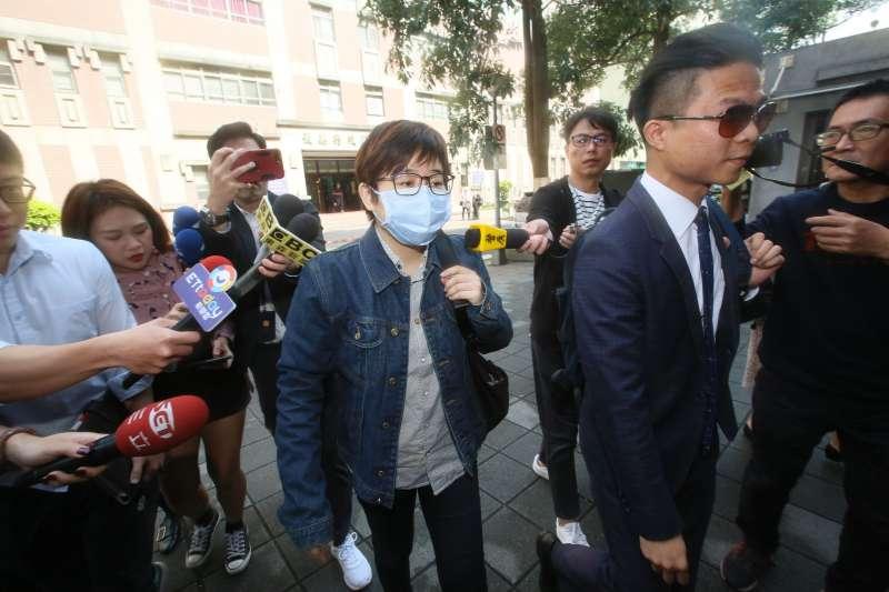 20200214-「卡神」楊蕙如(中)遭指控操作網軍,14日上午前往台北地院應訊。(柯承惠攝)