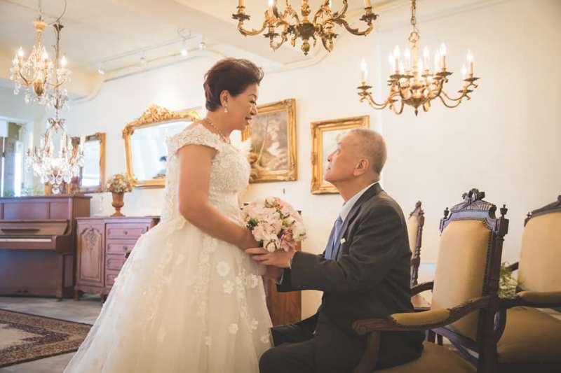爸爸「似乎」沒有跟媽媽求婚過,為了這三件事,我輾轉難眠,都結婚54年了,怎麼可以這樣!(圖/取自呂秋遠臉書)