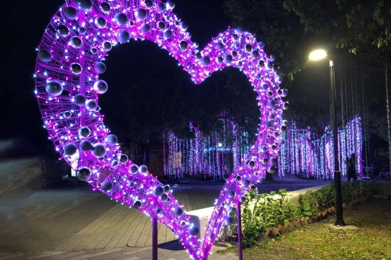 大甲日南火車站則設置了「愛戀三部曲」。(圖/台中市整府觀旅局提供)