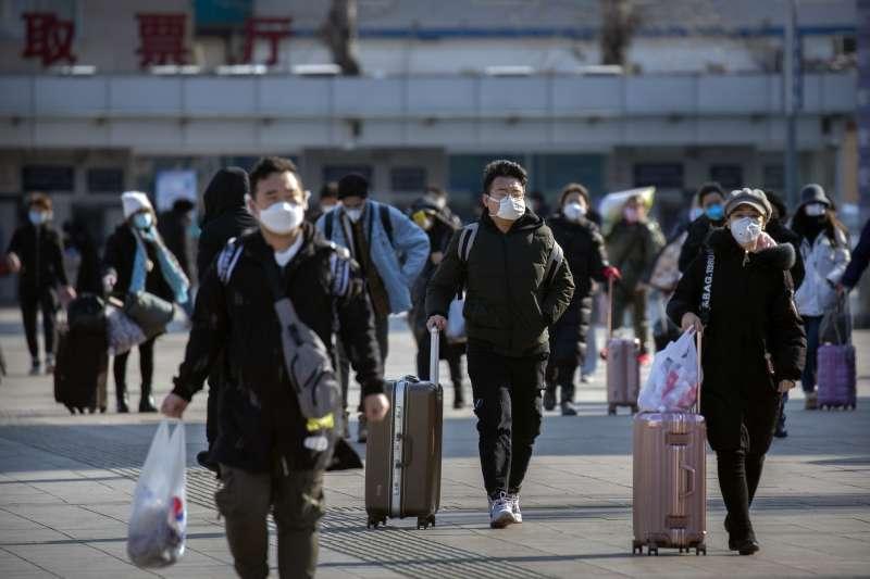 中國有許多人冒著疫情危險返回工作地,卻發現工廠尚未復工。(美聯社)