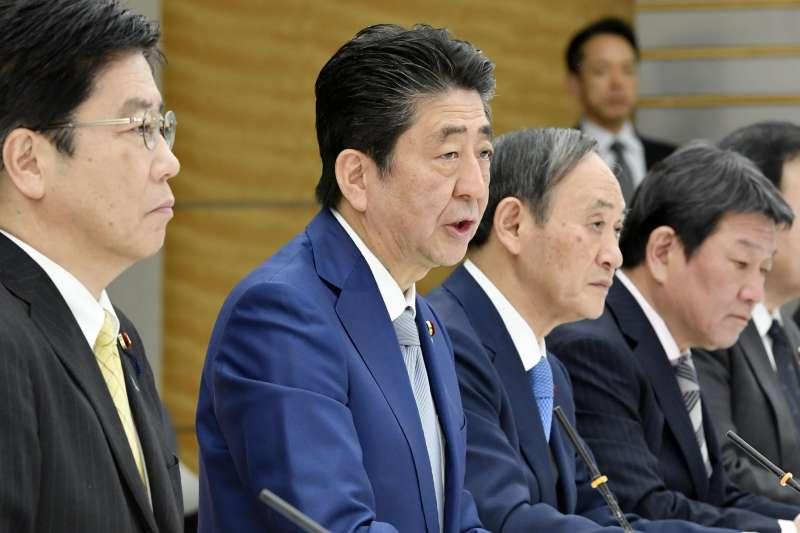 2020年2月,中國武漢肺炎疫情延燒日本,首相安倍晉三主持會議討論相關事宜(AP)