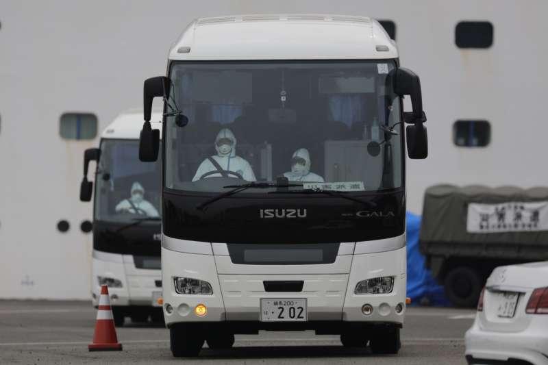 停泊於日本橫濱的「鑽石公主號」群聚感染嚴重,美國16日將包機接回300多位美國公民。(AP)