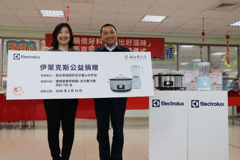 伊萊克斯台灣暨香港公司總經理余倩梅代表捐贈700台小家電給新北市,由市長侯友宜代收。(圖/新北市社會局提供)