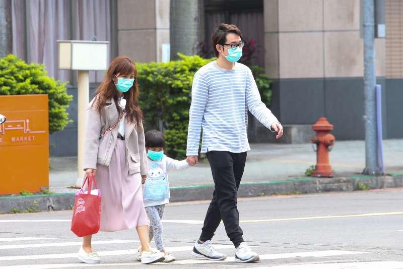 20200215-北市民眾一家三口出門都戴上口罩。(顏麟宇攝)
