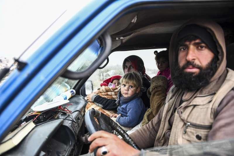敘利亞內戰邁入第九年。2020年2月,伊德利卜省,敘利亞民眾湧向土耳其邊界以遠離戰火。(AP)